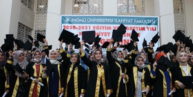 İlahiyat Fakültesi'nde mezuniyet coşkusu