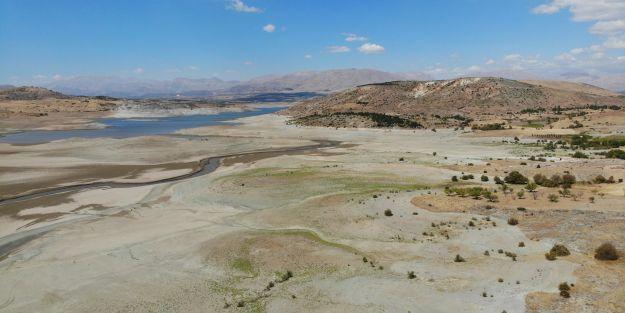Kuraklık nedeniyle barajda sular çekildi