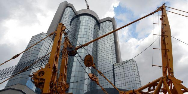 35 katlı otelin tepesinde unutulan vinci Malatyalı firma indiriyor