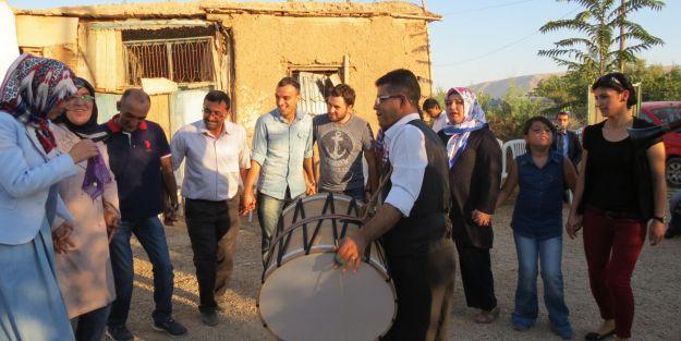 AK Parti, köyde düğün yaptı!