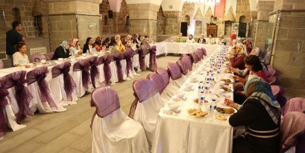 Ak Partili Kadınlar Yemekte Bir Araya Geldi