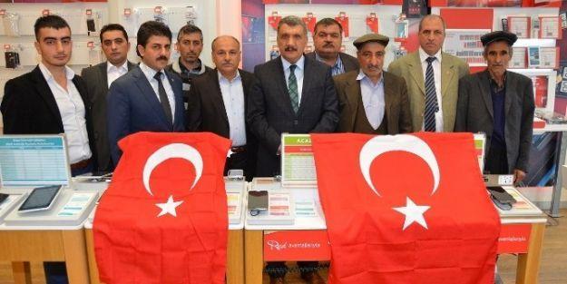 Battalgazi Belediyesi Esnaflara Türk Bayrağı Hediye Etti