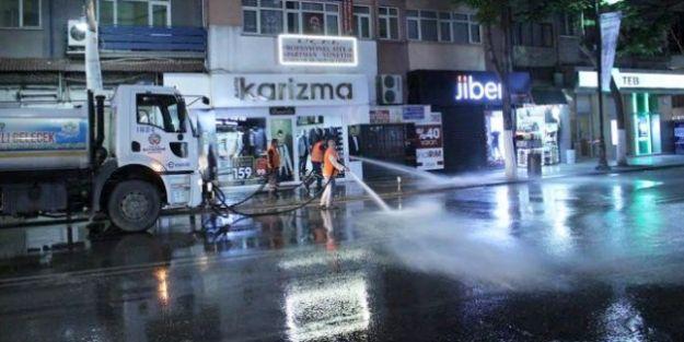 Caddeler Deterjanlı Suyla Yıkanıyor