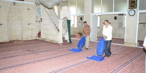 Camilerde Temizlik Başladı