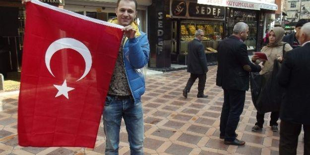 Cumhuriyet Bayramı Nedeniyle Esnaflara Türk Bayrağı Dağıtıldı