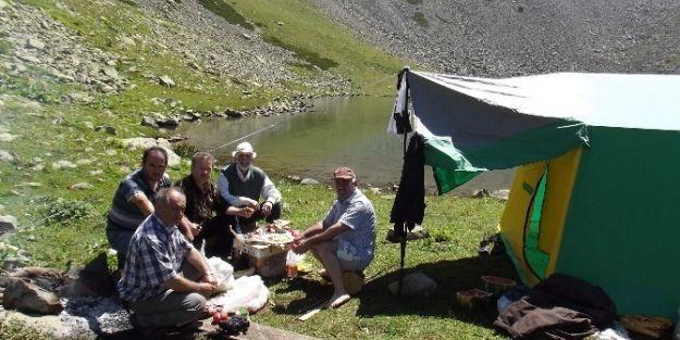 Dağ Ve Göletin Gölgesinde Çadırlı Piknik
