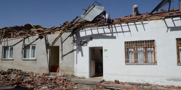 Kiltepe'de 3 Evin Çatısı Uçtu
