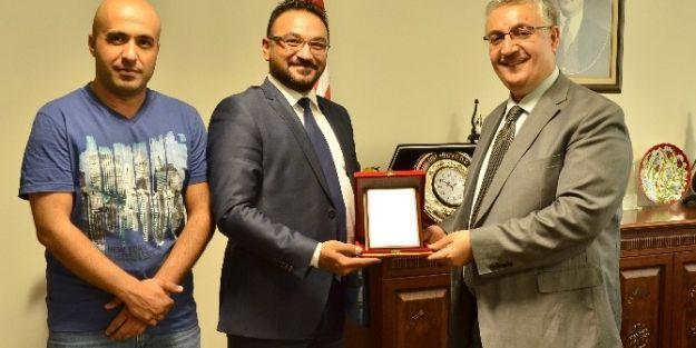 Kızılay'dan Esenlik Genel Müdür Hulusi Boyraz'a Plaket