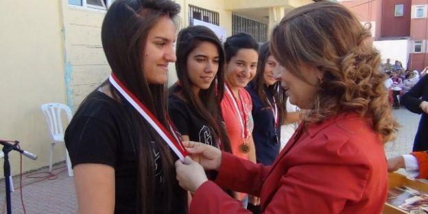 Konak'da Başarılı Sporcu Gençlere Ödülleri Verildi