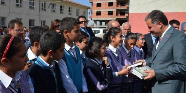 Malatya'da Öğrencilere Hikaye Kitabı Dağıtılmaya Başlandı