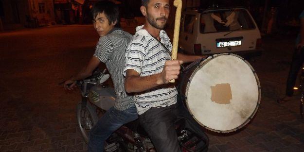 Motosiklet Üzerinde Ramazan Davulu Çalıyor