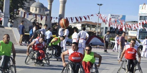 Öğrenme Şanliği'nde Basketbol Gösterisi