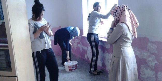 Öğretmen Adayı Öğrenciler Okulda Derslik Yenileme Çalışmasına Katıldı
