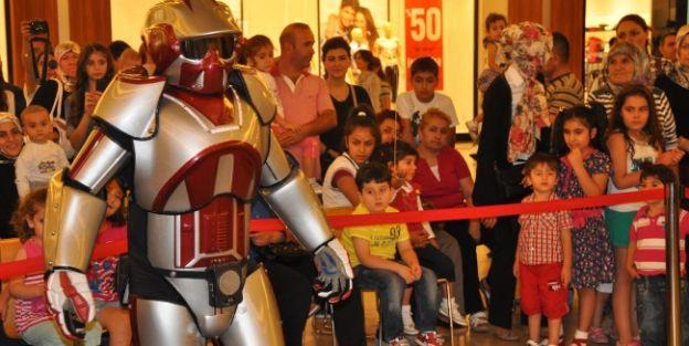 Robot Adam, Çocukları Doyasıya Eğlendirdi