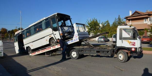 Servis midibüsü trambüs direğine çarptı: 7 yaralı