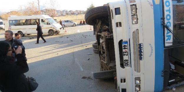 Servis Minibüsü İle Halk Midibüsü Çarpıştı: 7 Yaralı