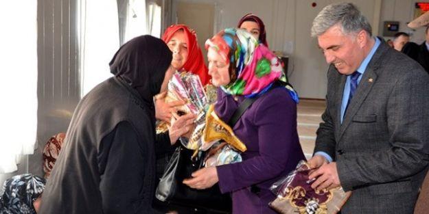 Suriyeli Kadınlara Başörtüsü Dağıtıldı