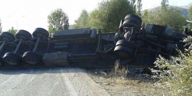 TIR devrildi, sürücüyü itfaiye kurtardı