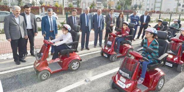 Trafik kuralları teorik ve uygulamalı olarak öğretiliyor