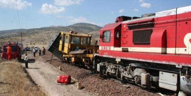 Tren İş Makinesine Çarptı
