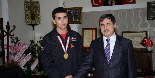 Türkiye Şampiyonu Güreşçiye Ödül