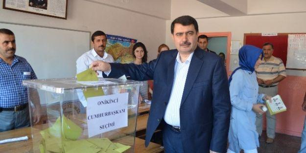 Vali Şahin, Ailesiyle Birlikte Oy Kullandı