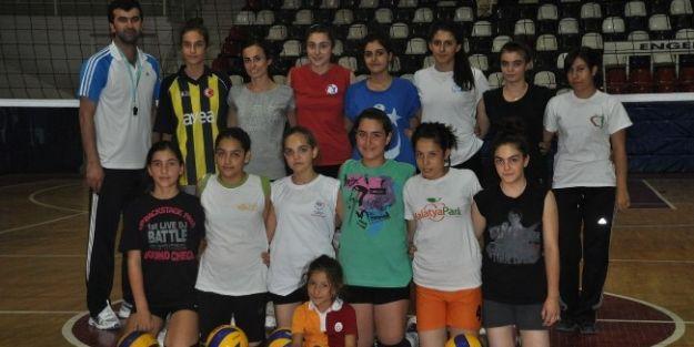 Voleybol Sporu Bayanlardan Büyük İlgi Görüyor