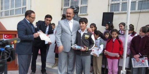 Yarışmada Dereceye Giren Öğrencilere Hediyeler Verildi