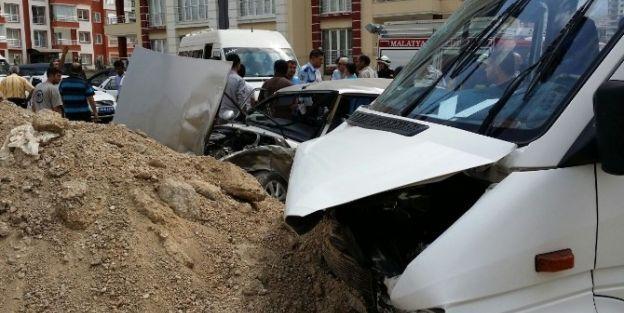 Yolcu Minibüsü İle Otomobilin Çarptığı Kaza Güvenlik Kamerasında